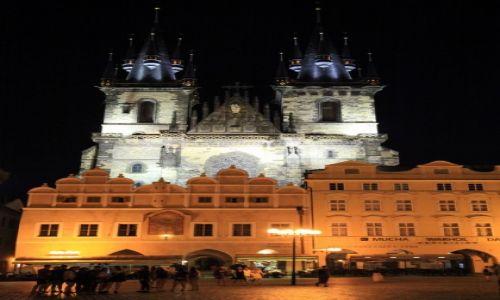CZECHY / Praga / Rynek Staromiejski / Kościół Najświętszej Marii Panny przed Tynem, nocą