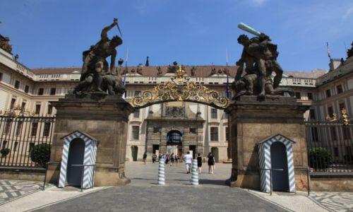 Zdjecie CZECHY / Praga / Hradczany / Brama z rzeźbami walczących gigantów