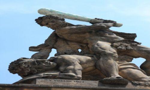 CZECHY / Praga / Hradczany, brama z rzeźbami walczących gigantów  / Brutal