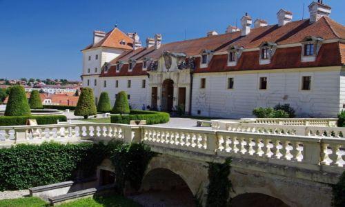 Zdjęcie CZECHY / Kraj południowomorawski / Valtice / Przed zamkiem