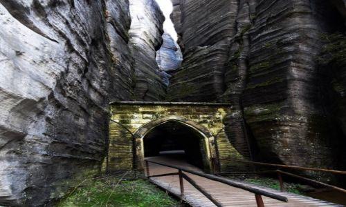 Zdjecie CZECHY / astrabach / skalne miasto / brama gotycka