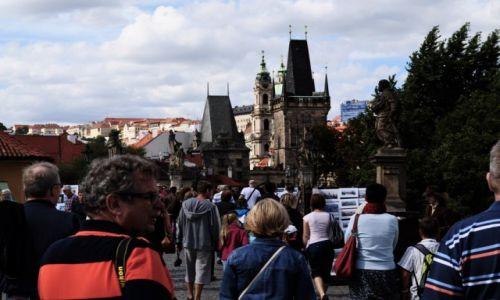 Zdjecie CZECHY / Praga / Praga / Turyści  na Praskim moście Karola