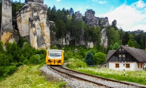 Zdjecie CZECHY / Kraj Hradecki / Adrspach / Pociąg  jadący w kierunku Adrspach