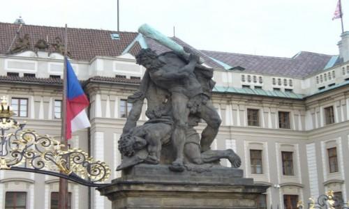 Zdjęcie CZECHY / Kraj środkowo czeski / Praga / Zbrodnia, to go pałą...