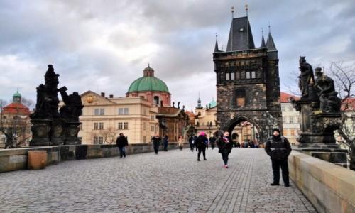 Zdjecie CZECHY / Praga / Most Karola / Pochmurny most