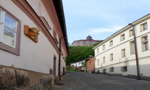 Zdjecie CZECHY / Kraj Hradecki / Nachod / Uliczka, na wzgórzu zamek