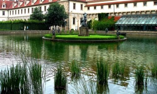 Zdjęcie CZECHY / Kraj środkowo czeski / Praga / Ogród z fontanną