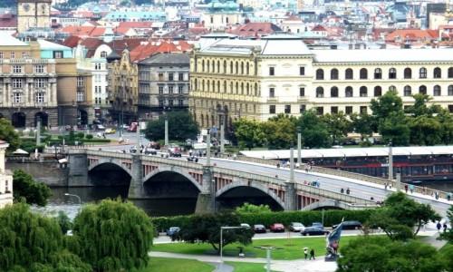 Zdjecie CZECHY / Kraj środkowo czeski / Praga / Widok na miasto i jeden z mostów.