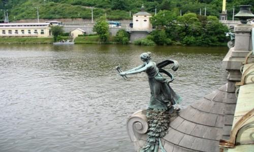Zdjecie CZECHY / Kraj środkowo czeski / Praga / Kobieta na moście