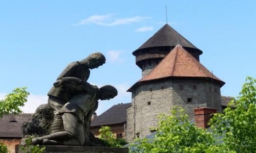 Zdjęcie CZECHY / Morawy Północne / Sovinec / Pomnik czynu partyzanckiego, w tle zamek