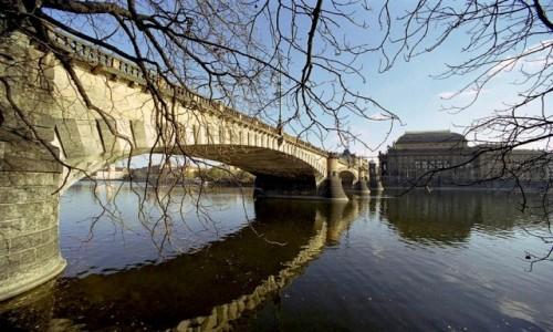 Zdjęcie CZECHY / Praga / Praga / Most z poziomu rzeki