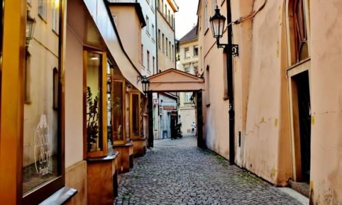 Zdjecie CZECHY / Kraj środkowoczeski / Praga / Uliczka w Pradze