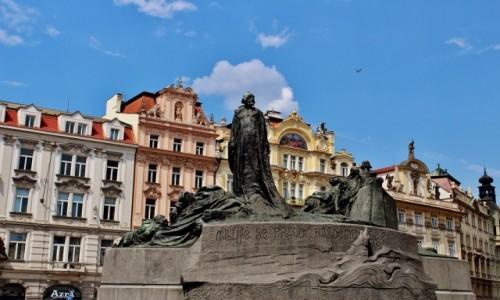 CZECHY / Kraj środkowoczeski / Praga / Pomnik Jana Husa na rynku staromiejskim