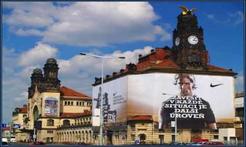Zdjecie CZECHY / Budynek w pięknym dla współczesnego oka stylu praskiej secesji. / Na szczęście remontowany, na nieszczęście zakryty reklamą pewnej firmy ;-) / Dworzec w Pradze 1 / Wieża zegarowa