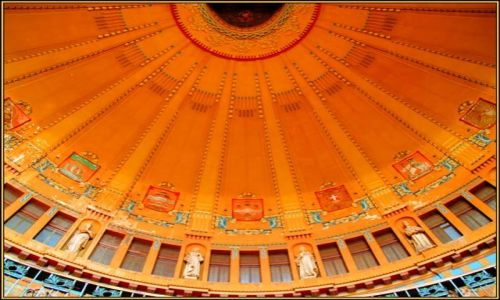 Zdjecie CZECHY / brak / Drobne ornamenty w złocie, czerwieni, lazurycie, malachicie, seledynie mogą przyprawić o z / Dworzec w Pradze 4 / Westybul zwieńczony cudownym sklepieniem