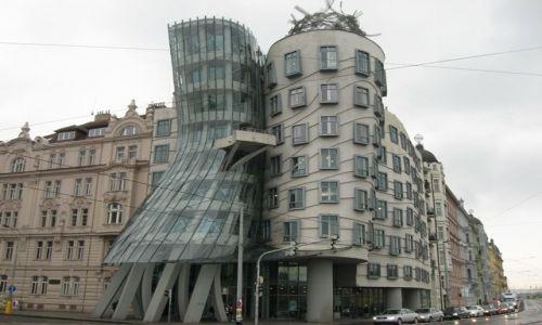 Zdjecie CZECHY / Praga / Praga / Kopnięty dom :)