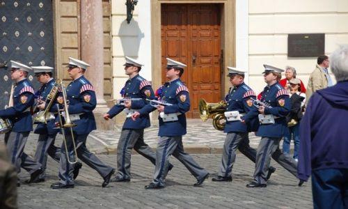 Zdjęcie CZECHY / Praga / Hradczany / Równym krokiem...