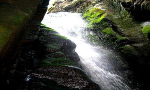 Zdjęcie CZECHY / Kralowo-Hradecki Kraj / Adrspach / wodospad w jaskini
