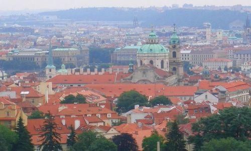 Zdjecie CZECHY / Czechy Środkowe / Praga / dachy miasta w mglisty dzień