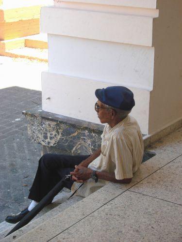 Zdjęcia: Santiago, Zycie starszego czlowieka, chwila zadumy na schodach muzeum, DOMINIKANA