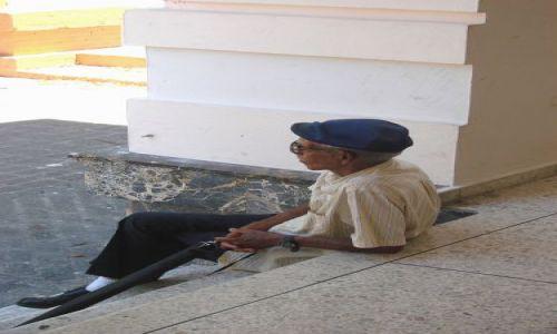 Zdjęcie DOMINIKANA / brak / Santiago / Zycie starszego czlowieka, chwila zadumy na schodach muzeum