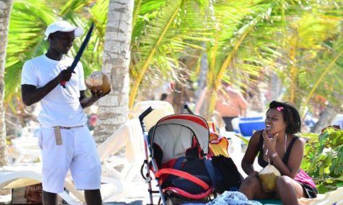 Zdjęcie DOMINIKANA / Punta Cana / Plaża Bavaro / sprzedawca kokosów