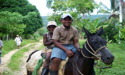 Zdjecie DOMINIKANA / okolice Parku Narodowego Los Haitises / plantacja kawy, kakao, itp. / Dzieci na ośle.. :)