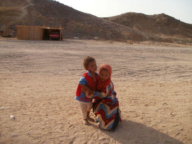 Zdjęcia: wioska beduinska, ., Kochane dzieciaki, EGIPT