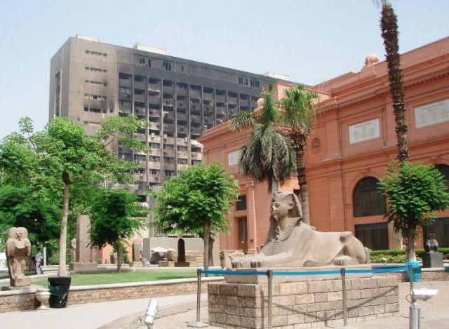 Zdjęcia: przed muzeum Kairskim, Kair, Pozostałości po rewolucji....., EGIPT