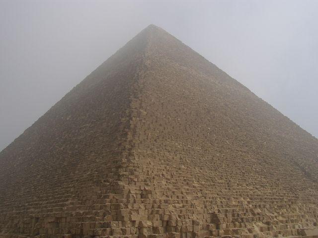 Zdjęcia: Giza, okolice Kairu, Piramida Chufu w porannej mgle, EGIPT