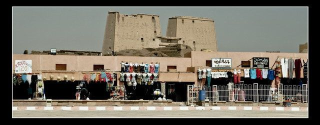 Zdjęcia: Edfu, Temple ov Horus in Edfu.. afar off, EGIPT