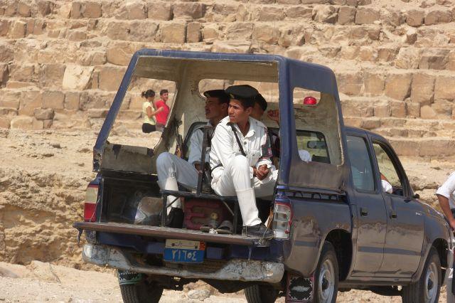 """Zdjęcia: pod Piamidą Heopsa, Giza, egipscy """"stróże prawa"""", EGIPT"""