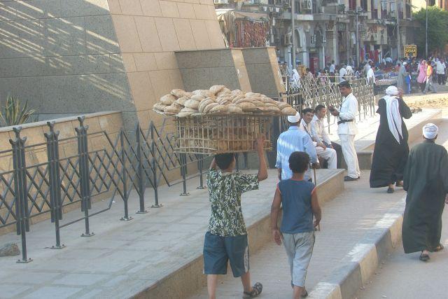Zdj�cia: okolice bazaru El Khalili, Kair, mobilna piekarnia, EGIPT