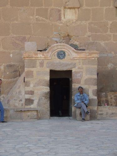 Zdjęcia: Klasztor Św. Katarzyny, Półwysep Synaj, Strażnik w Klasztorze Św. Katarzyny, EGIPT