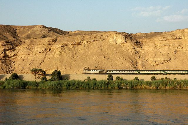 Zdjęcia: Nil, blisko Asuanu, rejs Nilem widoki: pociąg na pustyni, EGIPT