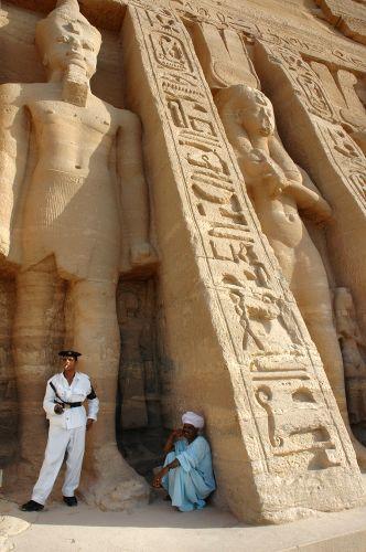 Zdj�cia: Abu Simbel, Nubia, odpoczynek w cieniu �wi�tyni, EGIPT