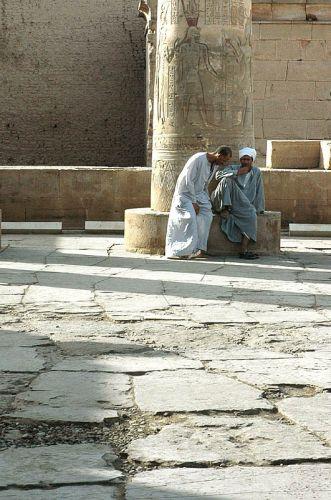 Zdjęcia: Kom Ombo, górny Egipt, zmęczeni ;) pomaganiem turystom w świątyni Kom Ombo, EGIPT