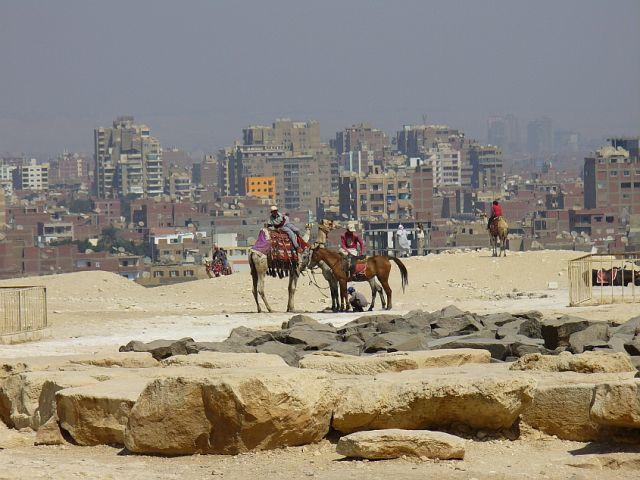 Zdjęcia: Giza, tyłem do piramidy, EGIPT
