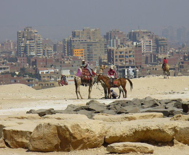 Zdjęcia: Giza, tyłem do piramidy raz jeszcze, EGIPT