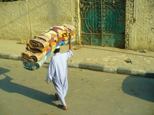 Zdjęcia: Kair, sprzedawca dywanów, EGIPT