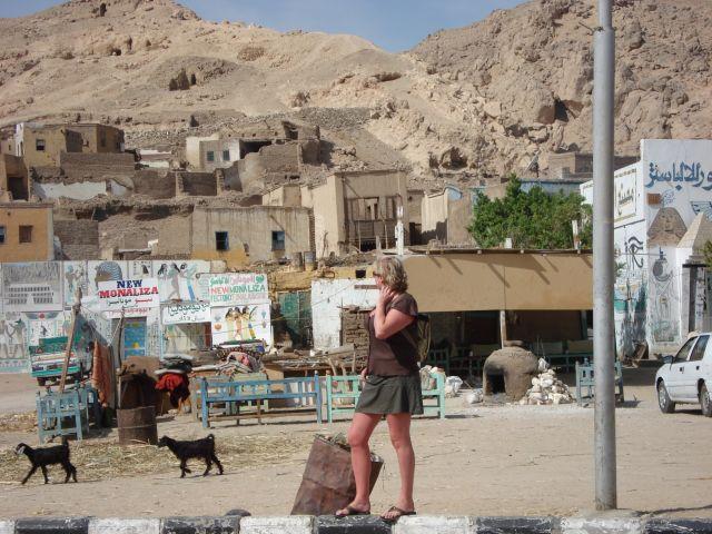 Zdjęcia: w drodze do luxoru, osiedle, EGIPT