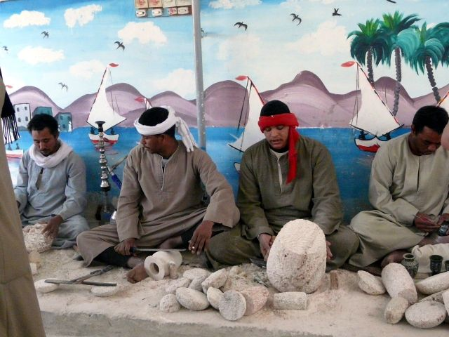 Zdjęcia: Luksor, Afryka, Obróbka alabastru, EGIPT