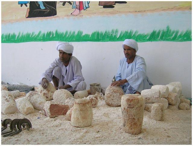 """Zdjęcia: Okolice starożytnych Teb (Luxoru), Rzemieślnicy """"alabastrowi"""", EGIPT"""
