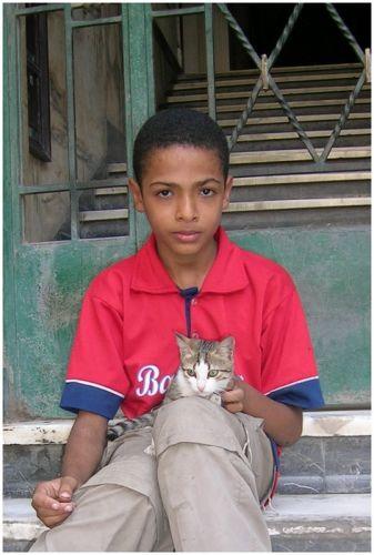 Zdjęcia: Kair, Egipt północny, Chłopiec z kotkiem, EGIPT