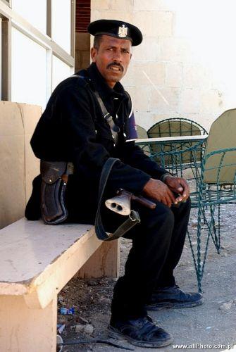 Zdj�cia: Luxor, Soldier at Dajr al-Bahri, EGIPT