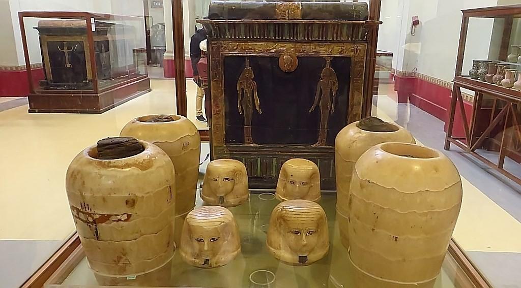 Zdjęcia: Kair - Muzeum Egipskie, Kair, urny kanopskie, EGIPT
