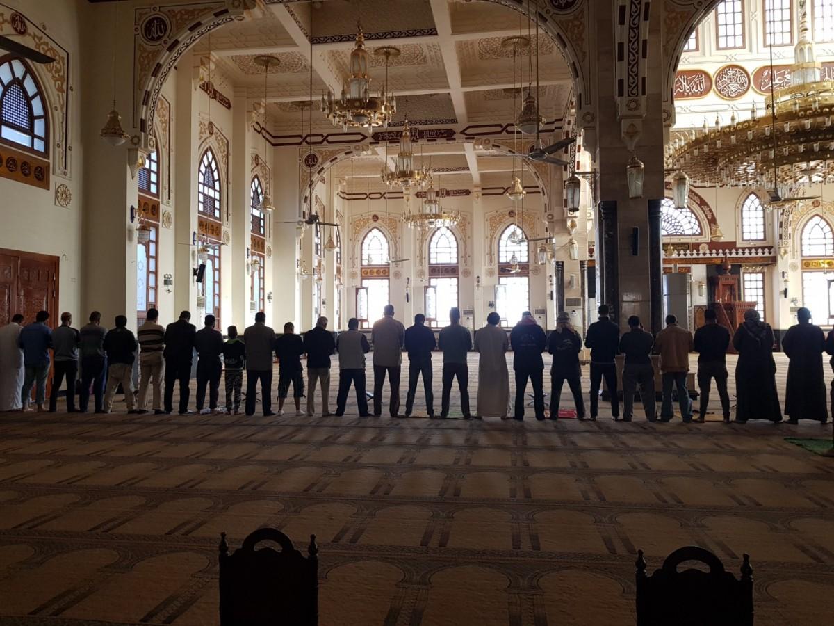 Zdjęcia: Hurghada, Morze Czerwone, Egipcjanie podczas modlitwy w meczecie, EGIPT