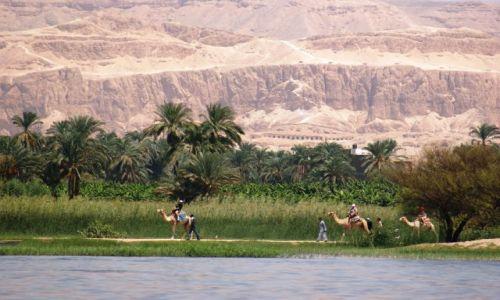 Zdjecie EGIPT / Dolina Nilu / W drodze do Edfu / Nil, góry rozgrzane do czerwonosći i... turyści