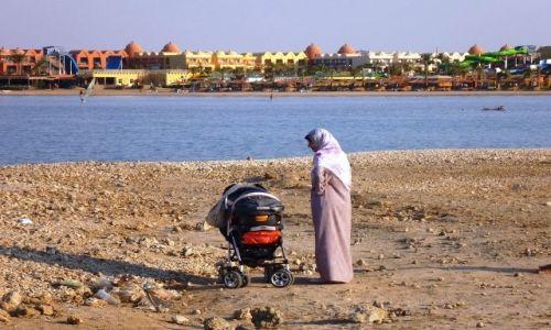 Zdjęcie EGIPT / - / Gdzieś na plaży / Młoda mama