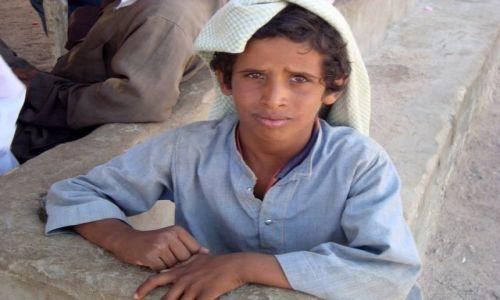 EGIPT / okolice morza Czerwonego / pustynne okolice morza Czerwonego / Konkurs- chłopak z pustyni
